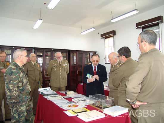 El Presidente explicando a los asistentes a la exposición detalles de la donaciones recibidas.